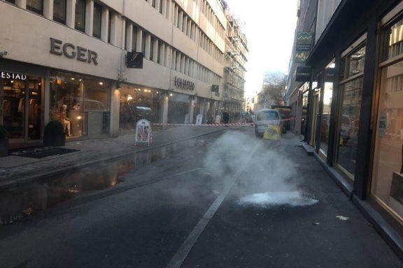 Lekkasje fra fjernvarmeledning i Akersgata