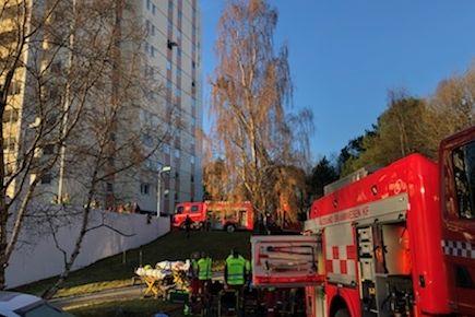 Tre personer til sykehus etter blokkbrann i Ålesund