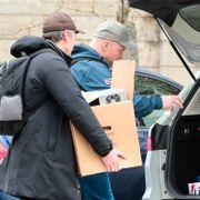 Politiet har sperret av Tom Hagens arbeidsplass – bærer ut beslag