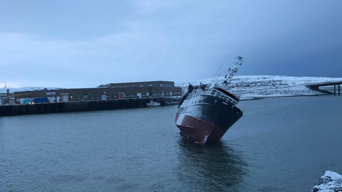 Politijakt til havs i Finnmark: Fisketråler stakk av etter grunnstøting i Vadsø havn