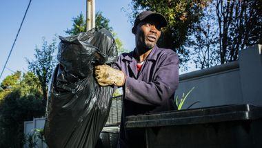 Han studerte bankfag og snakker fem språk, men lever av å skynde seg foran søppelbilene