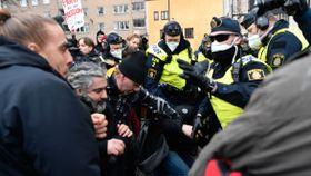 Sverige: Politifolk skadet under kaotisk koronademonstrasjon
