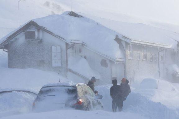 Må sprenge bort snø med dynamitt for å få folk hjem fra fjellet - Bergensbanen fortsatt stengt