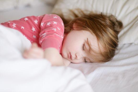 Det er særlig to feil foreldre gjør når barn ikke vil sove. Slik kan du endre på det.