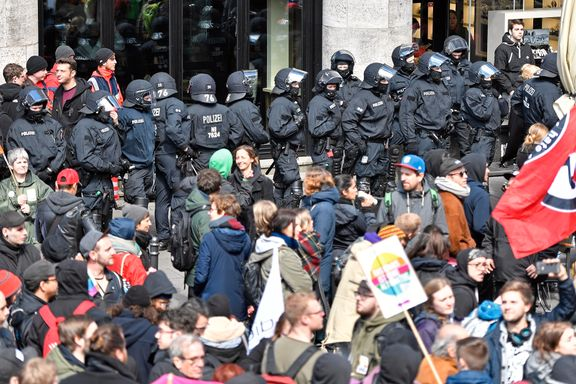 Hard helg i Köln: 600 på landsmøte beskyttes av 4000 politifolk
