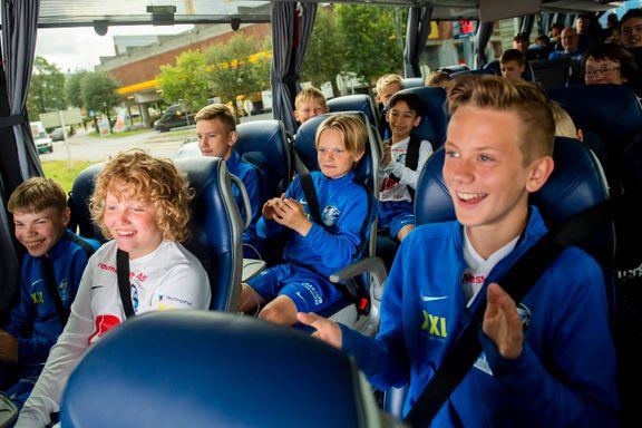 Fire busser og egen app får Sotras 13 lag rundt på Norway Cup: – Det er helt genialt