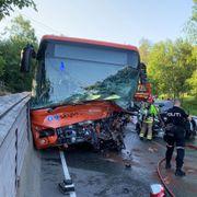 19-åring døde etter kollisjon mellom bil og buss