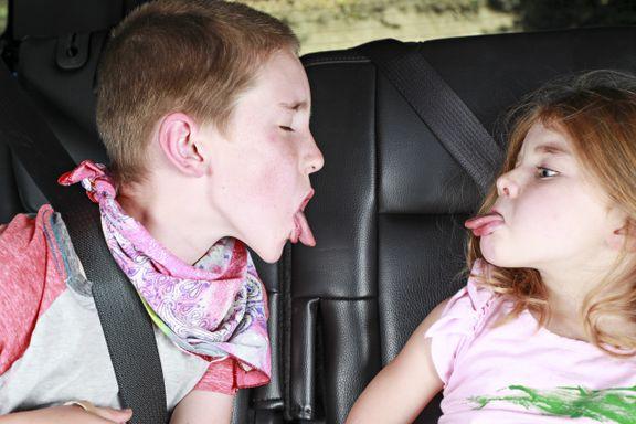 Skal du på bilferie med barna i sommer? Ti tips om hvordan du kan unngå krangling i baksetet.