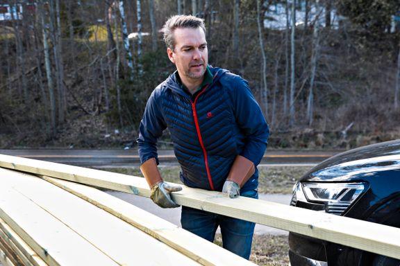 Han skal bygge ny terrasse. Den blir 50 prosent dyrere enn i fjor.
