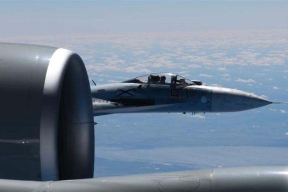 Her flyr det russiske jagerflyet farlig nært