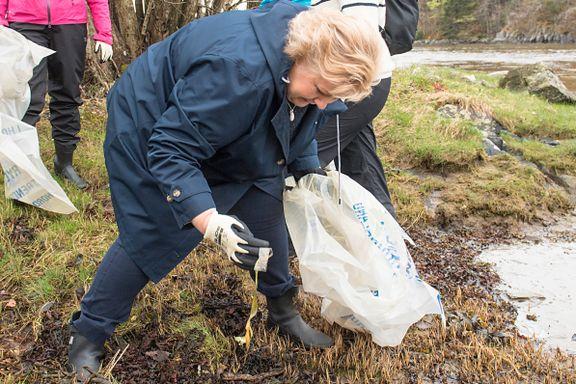 Internasjonalt får hun ros. Men nå advares Solberg mot å bli «plastsinke» på hjemmebane