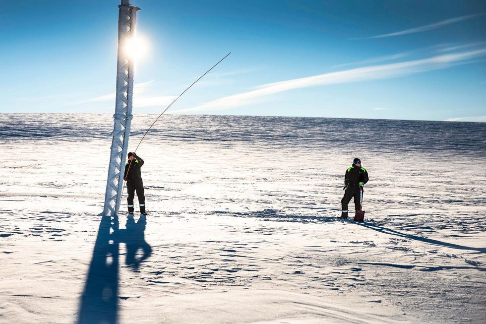 De to mennene er ute på et viktig oppdrag. Det skjer noe på Norges tak.