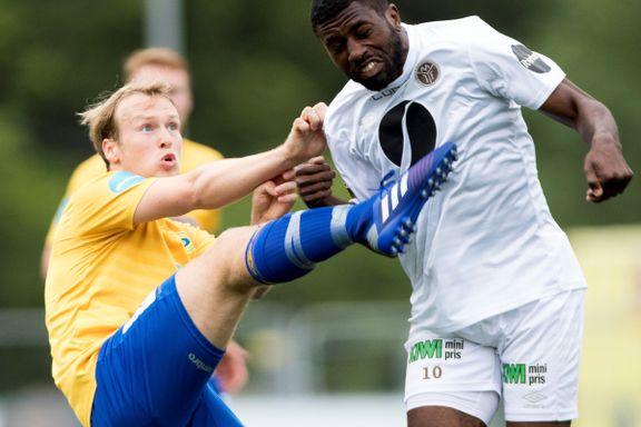 Geirald (22) fra Tromsø fikk gult kort for å gi faren en klem etter scoringen