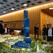 Røkke stanser arbeidet med Norges høyeste bygning på Fornebu. Ti andre byer har meldt sin interesse.