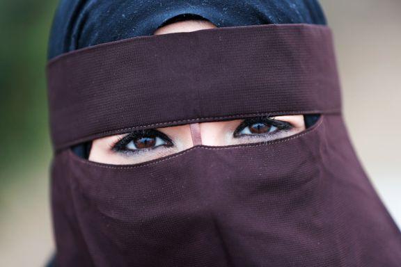 Fersk lov begrenser bruk av nikab og burka i Nederland. Islamsk organisasjon svarer med gratis nikab.