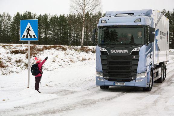 Vil at barna skal vinke til lastebilene