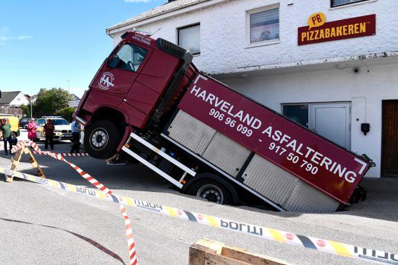 Asfaltbil gikk gjennom asfalten