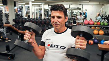 Damianos (57) er sprekere enn da han var 20. Men har alderen din noe å si for hvordan du bør trene?