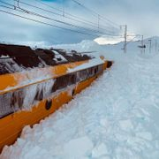 Arbeidstog kjørte seg fast: - Noen steder er det kommet tre meter snø
