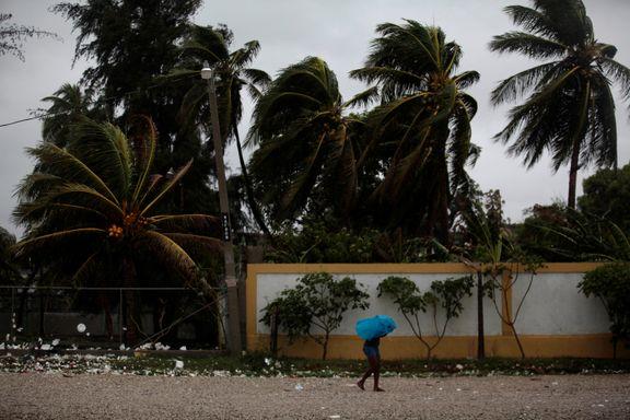Orkanen Matthew treffer Haiti nå med vindkast på 233 km/t