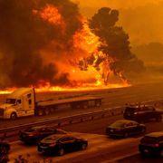 Massive branner tvinger titusenvis fra sine hjem