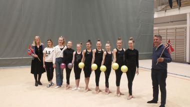 Disse jentene trener opp mot 30 timer i uka. Onsdag fikk de belønningen.