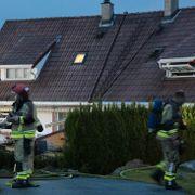 Rekkehusbrann i Asker – folk måtte hentes på taket