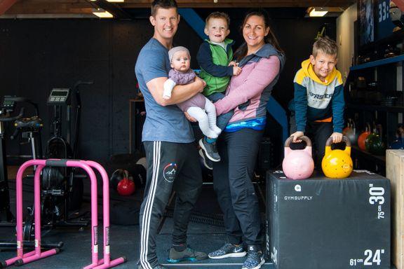 Garasjen er samlingspunktet for familien Idland. Slik bygger du treningsrom hjemme.