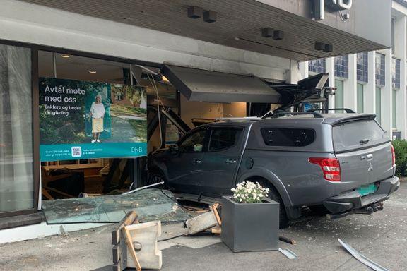 Bil kjørte inn i bankfilial