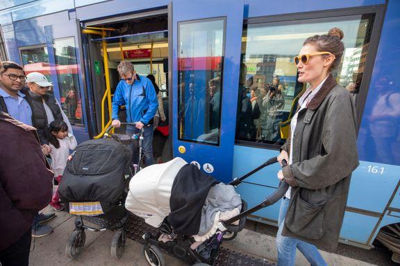 Nye tall: Færre reiser med bil i byene. Men folk setter seg ikke på sykkelen og tar heller ikke bena fatt.