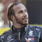 Lewis Hamilton slås til ridder