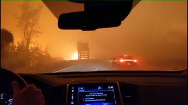 En hel by er slukt av brannen. Her rømmer en familie fra flammehavet: – Himmelske far, vær så snill og hjelp oss!