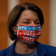 Trekker seg som visepresidentkandidat, anbefaler «farget kvinne»
