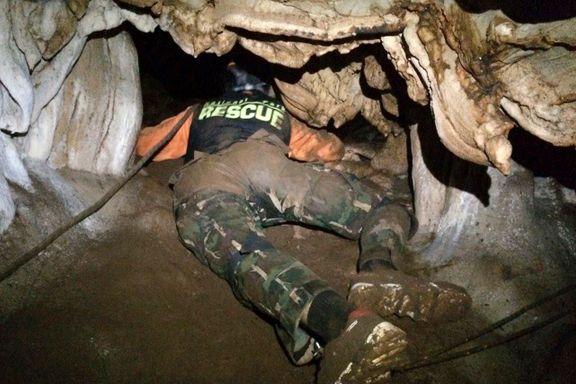 I en uke har amerikanske spesialsoldater og britiske grotteeksperter lett etter guttene i grotten. Fortsatt er det ingen livstegn.