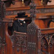 Dronningen satt alene da hun tok sitt siste farvel med ektemannen