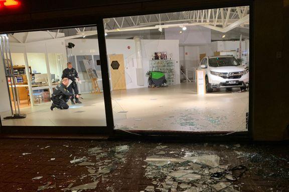 Knuste seg ut av butikken med stjålet bil: – Nabo så at bilen føk ut av vinduet