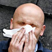 500.000 allergikere vil snart hoste, nyse og klø i halsen. Hvordan skille dette fra koronasymptomer?