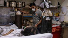 Tenåringer jobber 14-timersskift for å redde liv i India