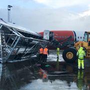 Gangbro blåste over ende på Evenes lufthavn - Norwegian-fly skadet
