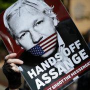 Julian Assange dømt til nesten ett års fengsel
