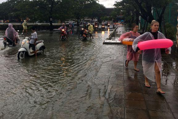 Regn legger Thailand under vann