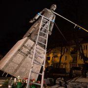 Veltet statue av overgrepsanklaget prest i Polen