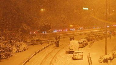 Her parkerer folk bilen sin på motorveien og går sin vei