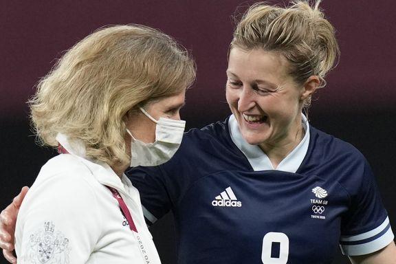 Hege Riise viste frem OL-gullet på første møte med Storbritannia