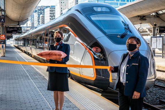 Flytoget fikk fire splitter nye togsett i juni. Sprekker er årsaken til at de ikke er i bruk.