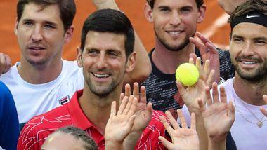 Tennisstjerner vender ryggen til Djokovic. Nå har verdenseneren testet positivt for korona.