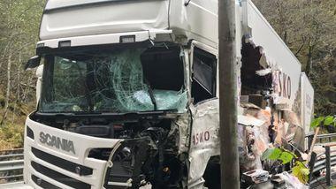Én omkom i frontkollisjon mellom buss og vogntog på E16 i Hordaland
