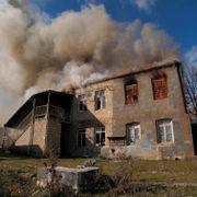Nå setter innbyggerne fyr på sine egne hus i Nagorno-Karabakh