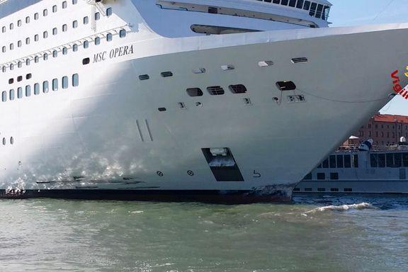 Folk løper i panikk fra cruiseskipet som har stø kurs mot kaien i Venezia. Så smeller det.