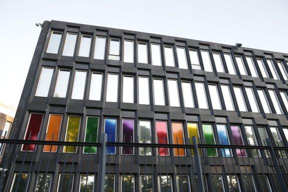 Regnbuefarger og blomster utenfor USAs ambassade i Oslo